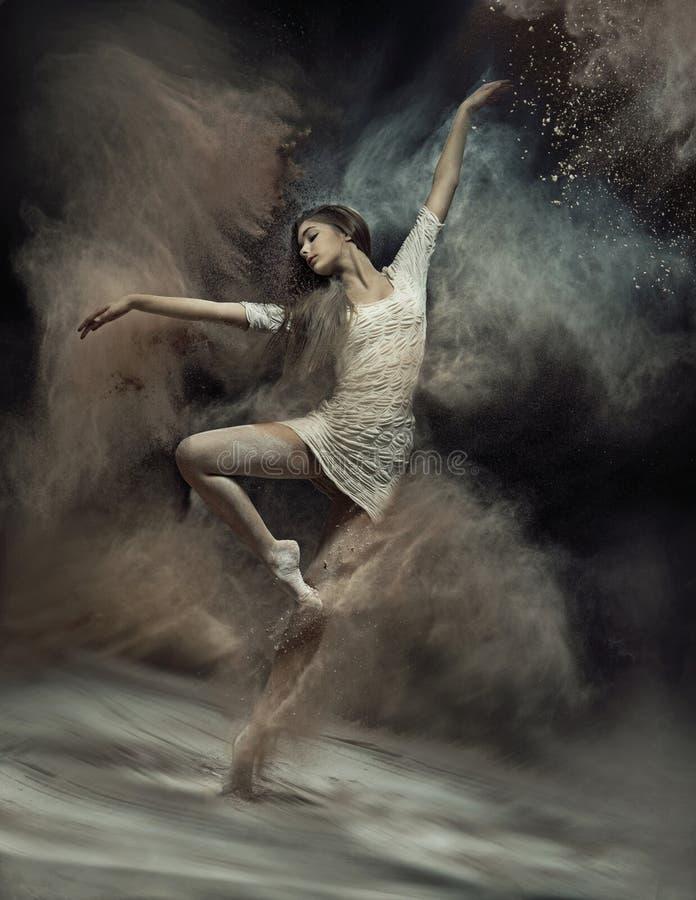 Bailarín de ballet del baile con polvo en el fondo foto de archivo libre de regalías