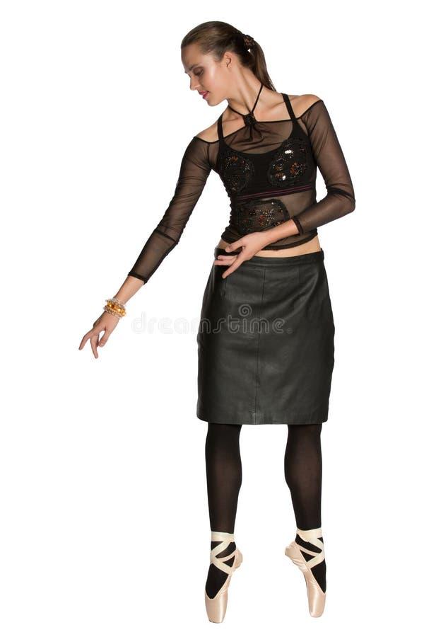 Bailarín de ballet en la falda negra de cuero fotografía de archivo