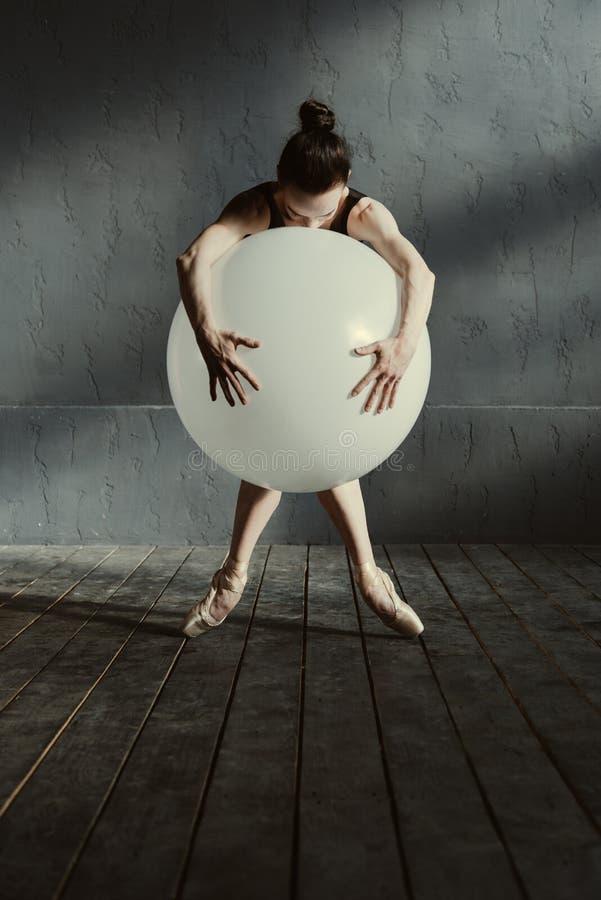 Bailarín de ballet estático que se realiza usando el globo blanco imagen de archivo libre de regalías