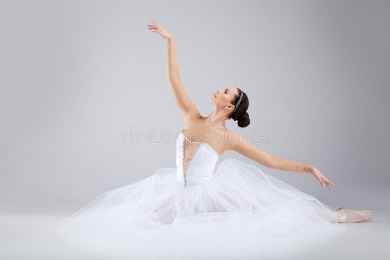 Bailarín de ballet joven atractivo que actúa hacia fuera. imagenes de archivo