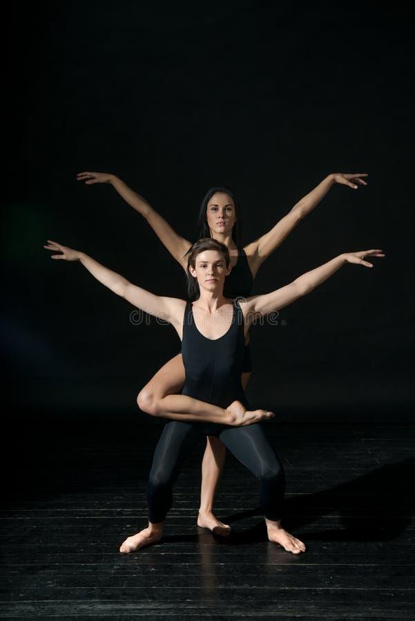 Bailarín de ballet joven dansing en fondo negro imágenes de archivo libres de regalías