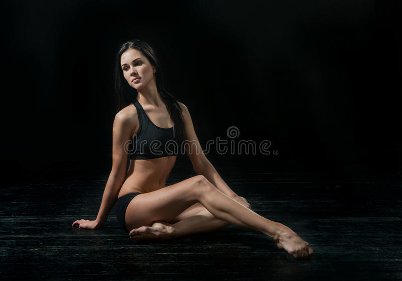 Bailarín de ballet joven dansing en fondo negro imagenes de archivo