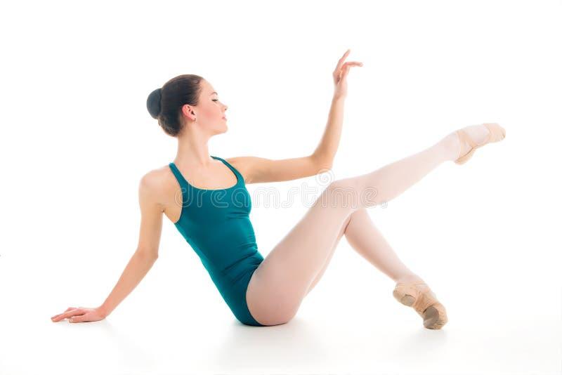 Bailarín de ballet joven elegante que presenta en piso foto de archivo libre de regalías