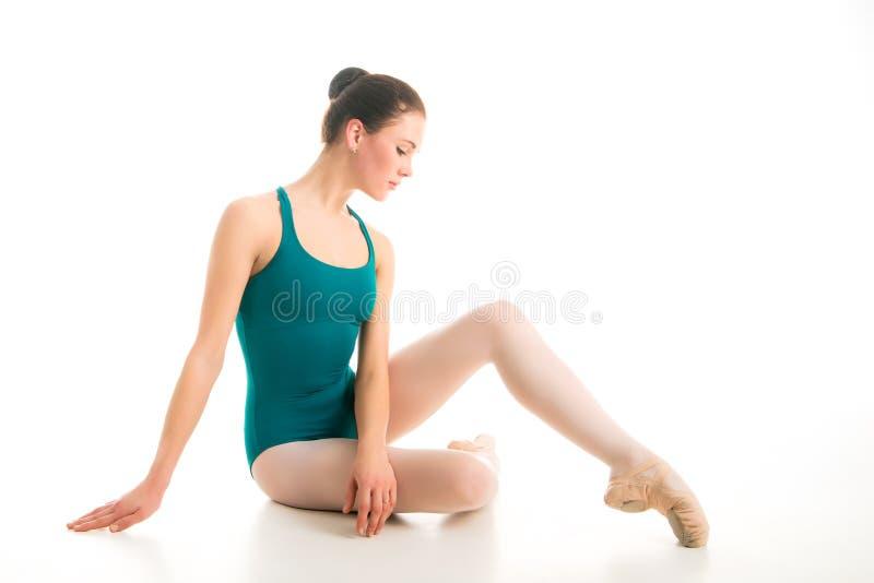 Bailarín de ballet joven que se sienta en piso fotos de archivo