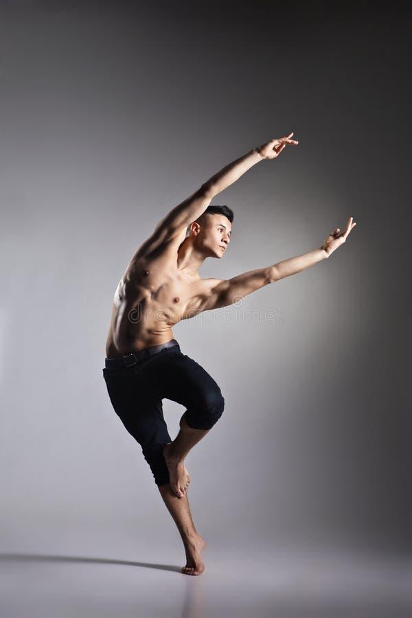 Bailarín de ballet moderno joven y elegante fotos de archivo libres de regalías