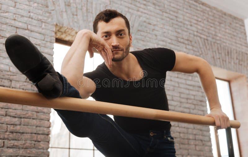 Bailarín de ballet pensativo que se realiza en el estudio de la danza fotos de archivo