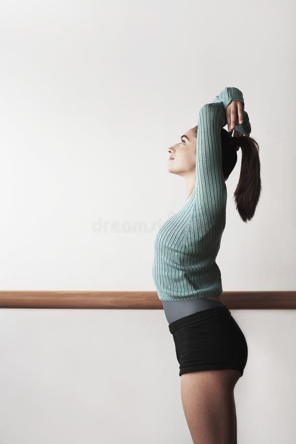 Bailarín de ballet Practicing At Bar fotografía de archivo