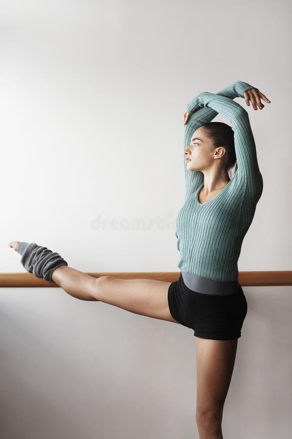 Bailarín de ballet Practicing At Bar fotos de archivo