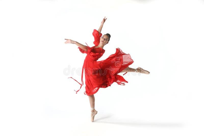 Bailarín de ballet talentoso en estudio en el fondo blanco imagen de archivo libre de regalías