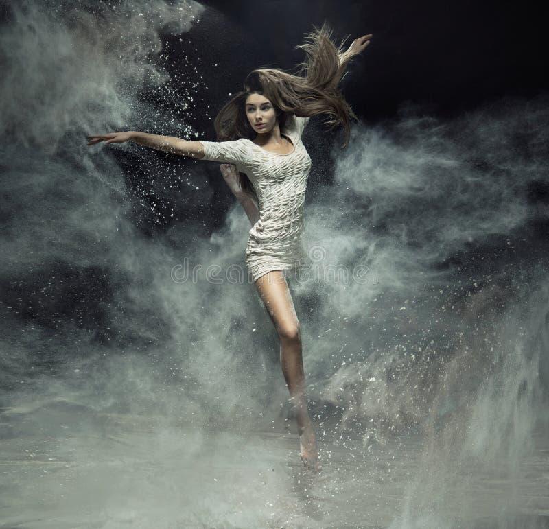 Bailarín de ballet talentoso que coge el polvo foto de archivo libre de regalías