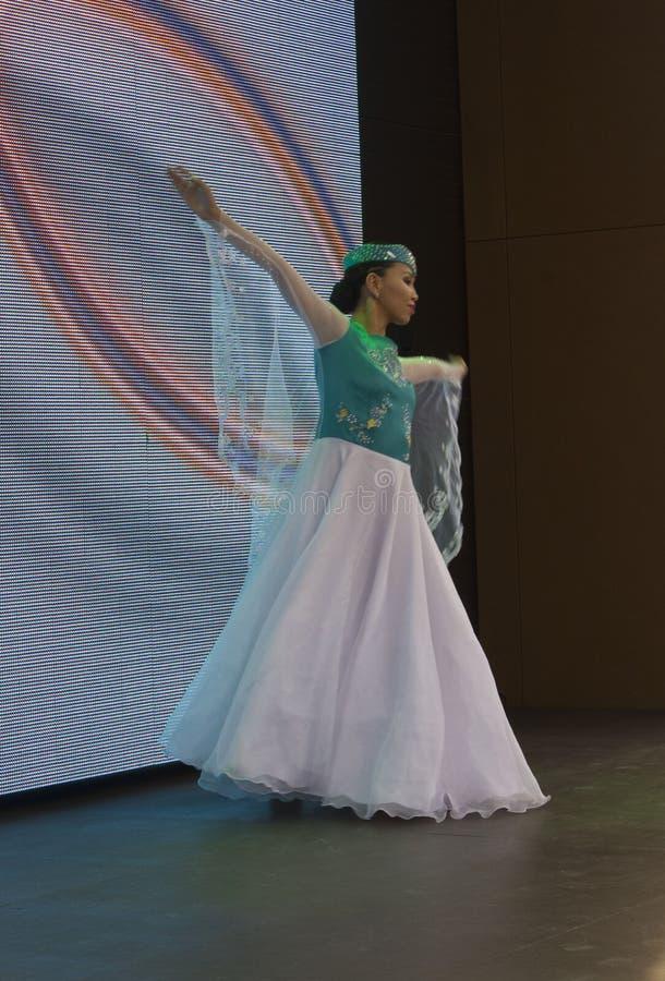 Bailarín de Kazaksthan que se realiza en vestido tradicional imagenes de archivo