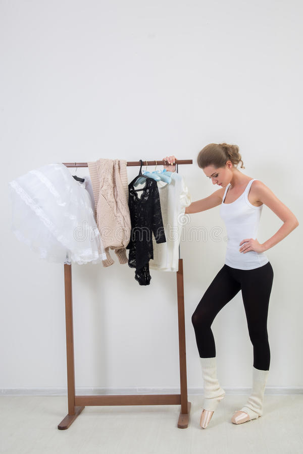 Bailarín de la muchacha antes de entrenar Elija su ropa fotos de archivo libres de regalías