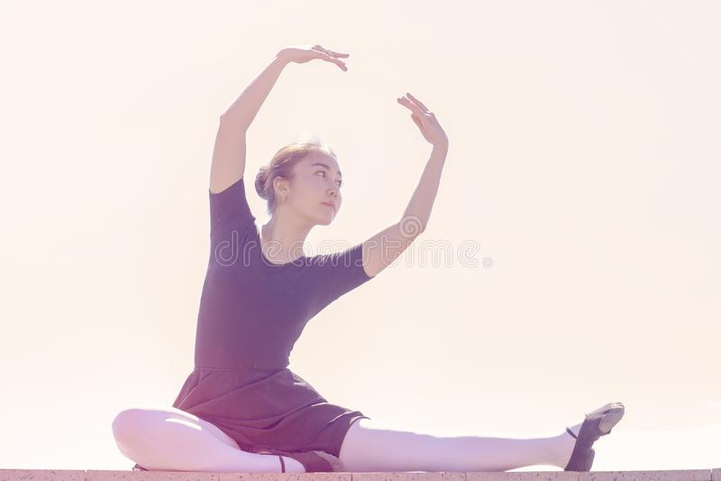 Bailarín de la muchacha que hace diversos movimientos de la danza en el bañador para los zapatos del baile y de ballet imagen de archivo libre de regalías