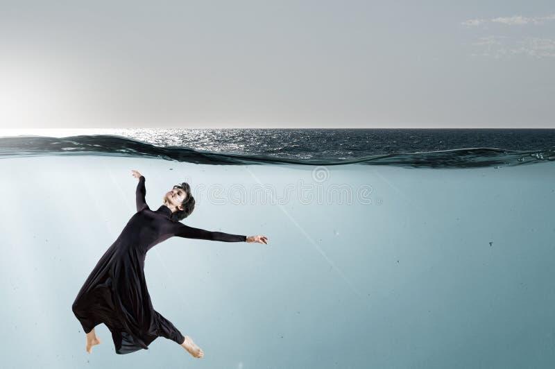Bailarín de la mujer en agua azul clara foto de archivo