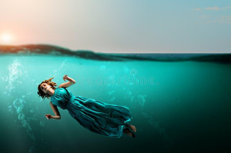 Bailarín de la mujer en agua azul clara ilustración del vector