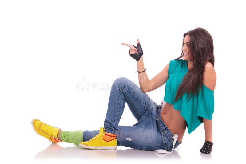 Bailarín de la mujer en señalar del suelo imagen de archivo