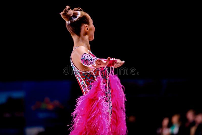 Bailarín de la mujer joven en un vestido rosado brillante foto de archivo