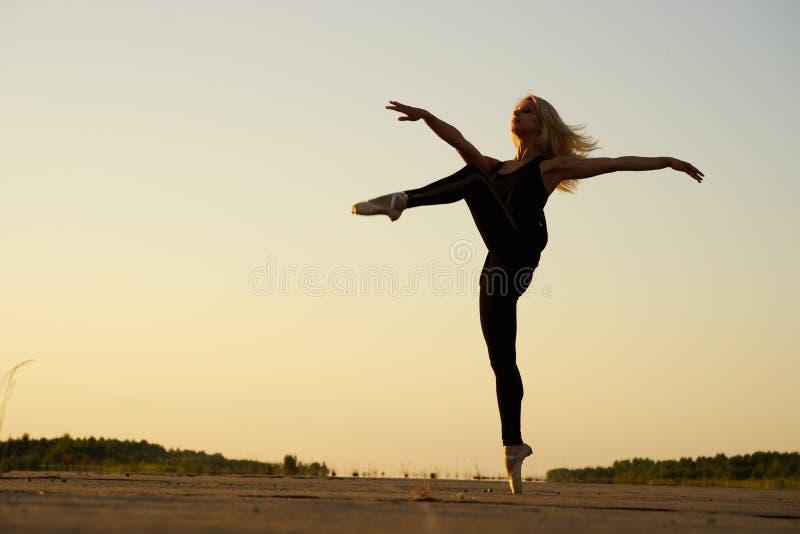 Bailarín de la mujer que presenta en el camino concreto imagen de archivo