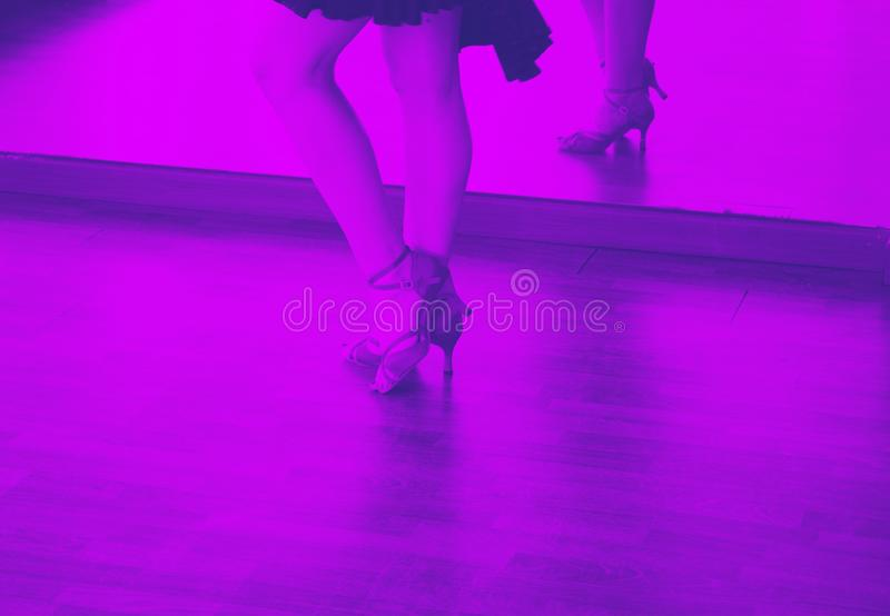 Bailarín de la salsa de la danza de salón de baile imágenes de archivo libres de regalías