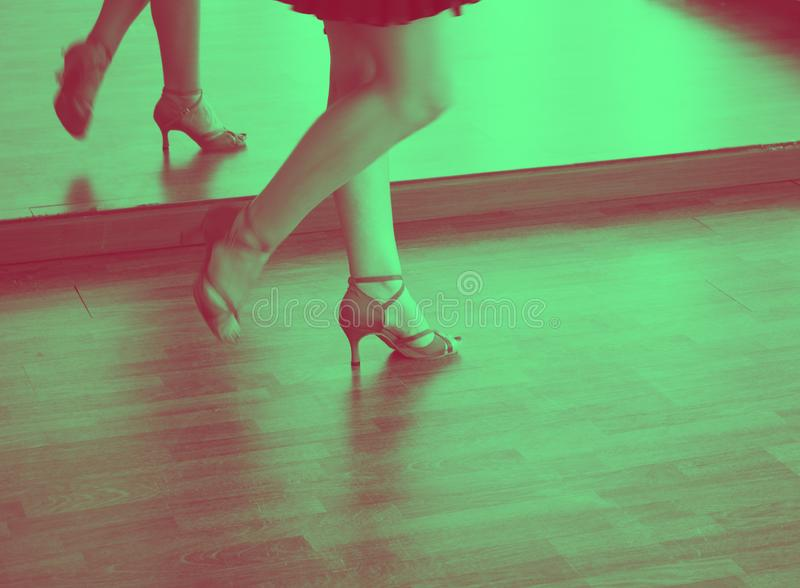 Bailarín de la salsa de la danza de salón de baile foto de archivo