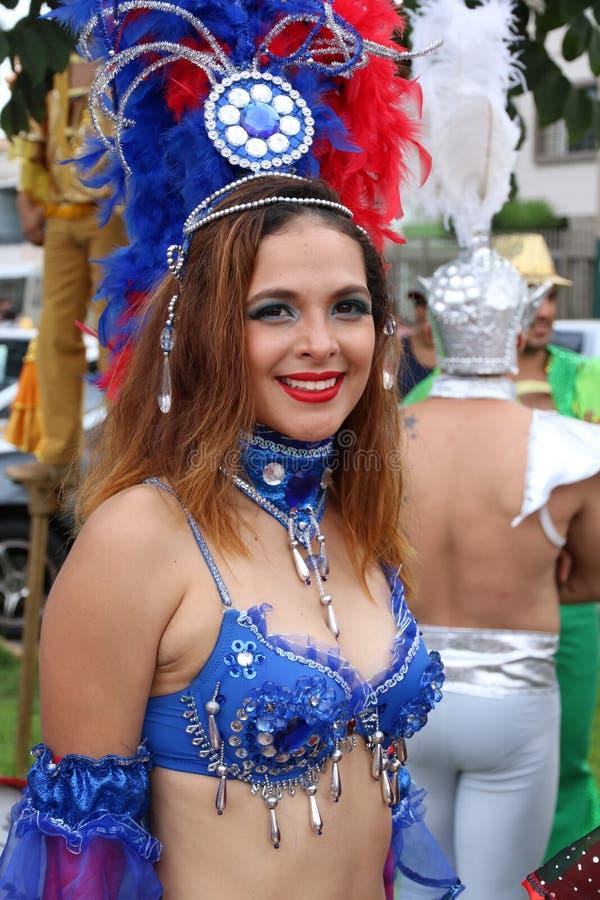 Bailarín de la samba en carnaval peruano fotografía de archivo