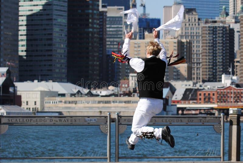 Bailarín de Morris que salta por el East River imagen de archivo