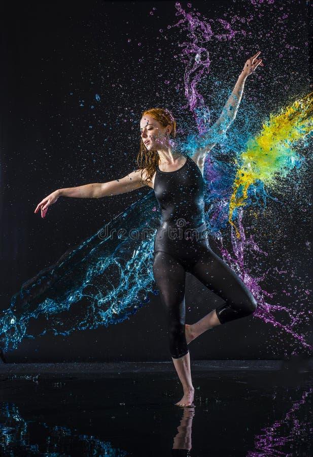 Bailarín de sexo femenino Being Splashed con agua colorida fotos de archivo libres de regalías