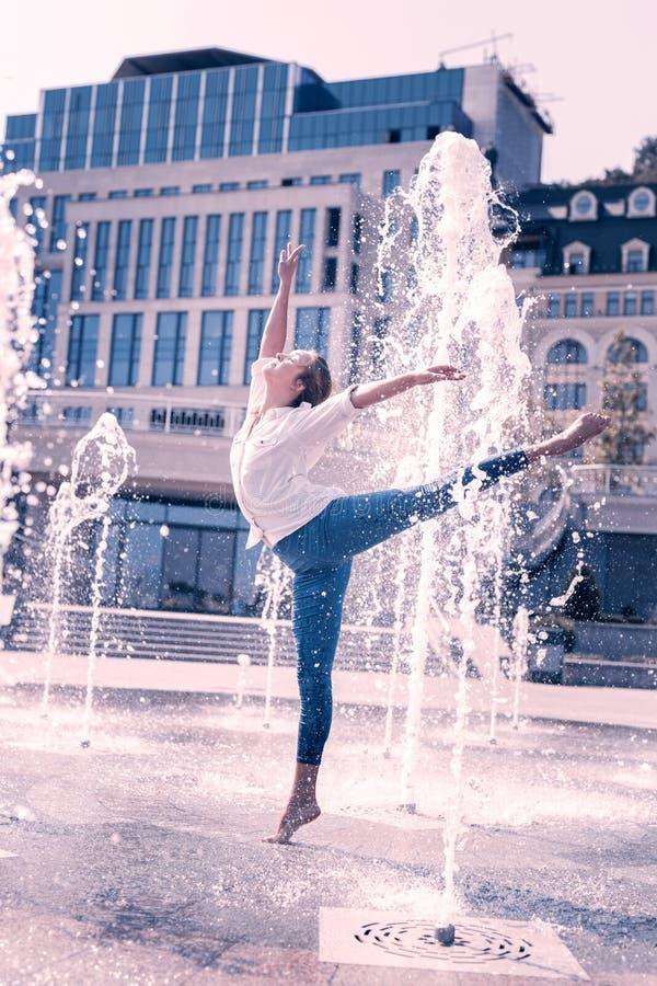 Bailarín de sexo femenino hermoso agradable que está entre el agua fotos de archivo