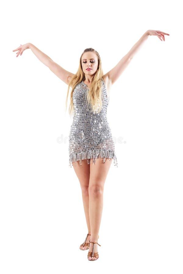 Bailarín de sexo femenino rubio agraciado con postura extendida aumentada de la coreografía de los brazos fotografía de archivo libre de regalías