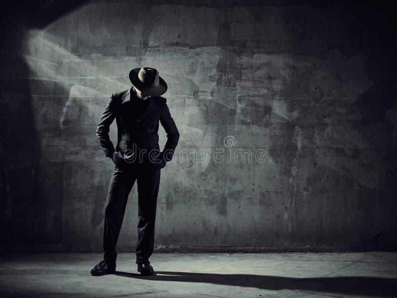 Bailarín de sexo masculino, alrededores del edificio concreto imagen de archivo libre de regalías