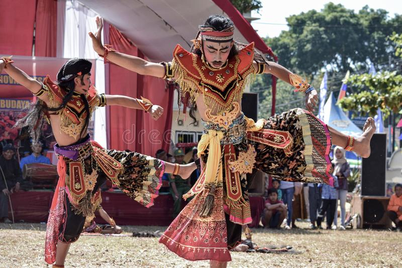 Bailarín de sexo masculino - funcionamiento de la danza, danza de Jaran Kepang o Jaran Eblek indonesia tradicional de Indonesia fotografía de archivo libre de regalías