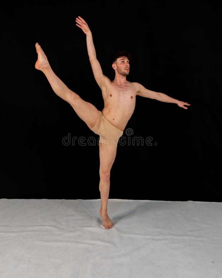 Bailarín de sexo masculino joven fotografiado mientras que salta en mosca gimnástica imágenes de archivo libres de regalías