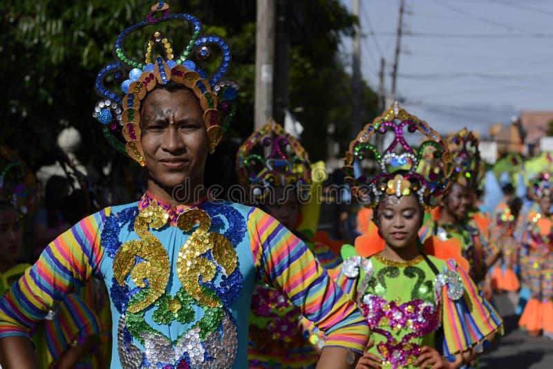 Bailarín de sexo masculino de la calle en desfile colorido del traje del coco la calle foto de archivo libre de regalías
