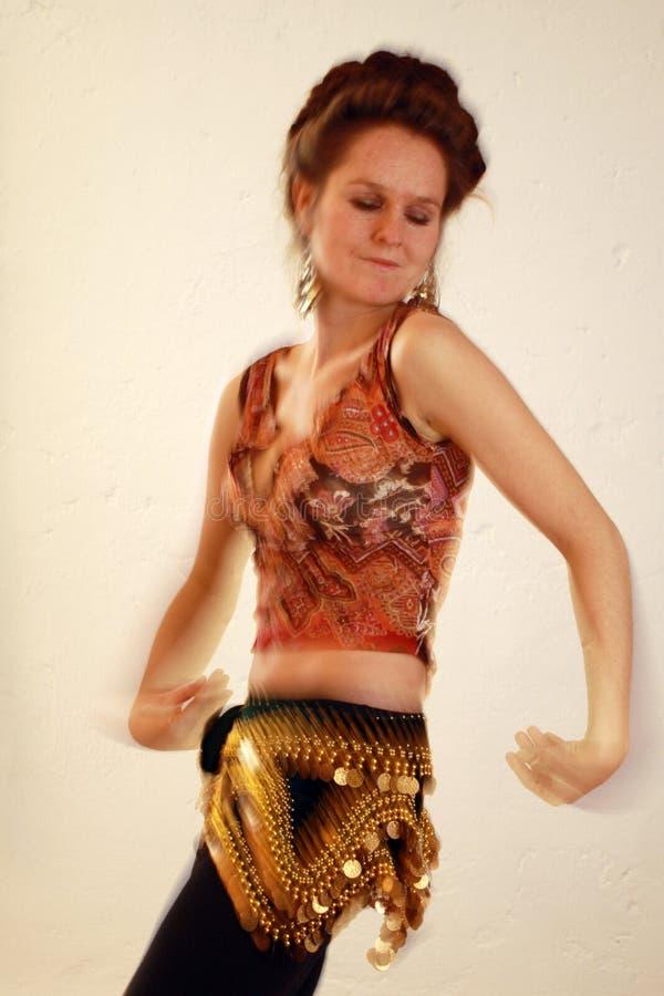 Bailarín de vientre con la falta de definición de movimiento fotos de archivo