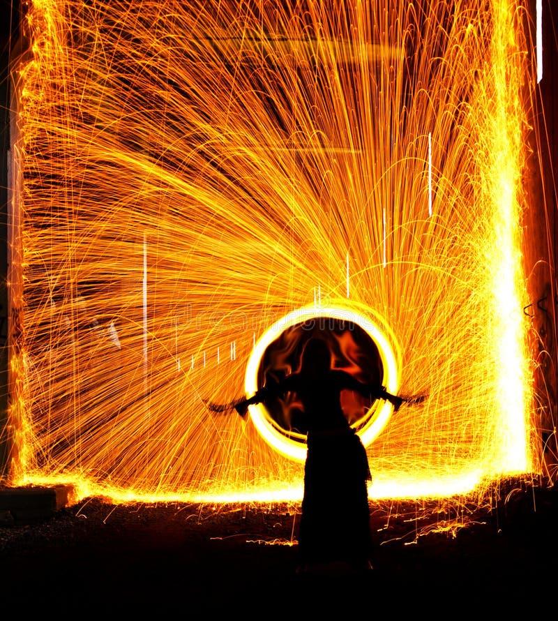 Bailarín de vientre en el fuego imagen de archivo