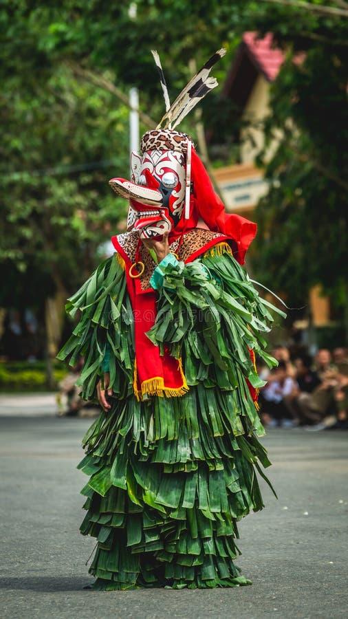 Bailarín del dayak de Hudoq imagen de archivo
