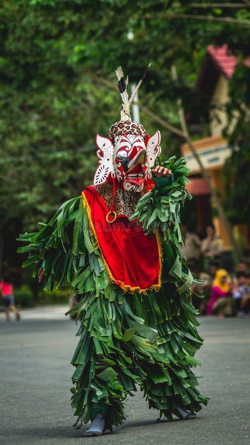 Bailarín del Dayak de Hudoq, tribu nativa de Borneo imagenes de archivo