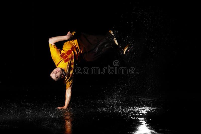 Bailarín del estilo de Breakdance en agua imágenes de archivo libres de regalías
