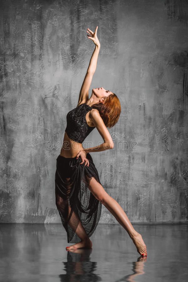 Bailarín del estilo del Latino foto de archivo