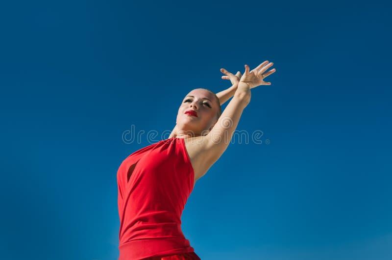 Bailarín del flamenco sobre el cielo azul imagen de archivo libre de regalías