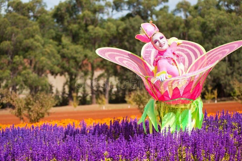 Bailarín en flores en el festival imagen de archivo