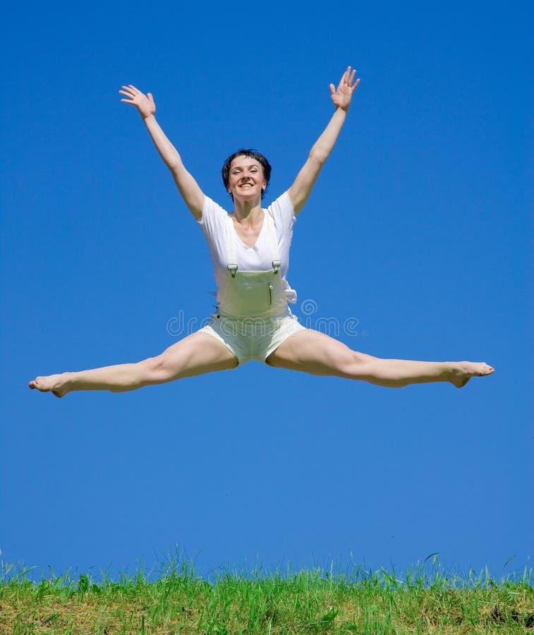 Bailarín en la hierba foto de archivo