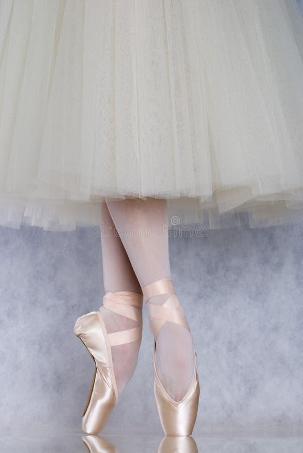Bailarín en pointe del ballet imagen de archivo libre de regalías