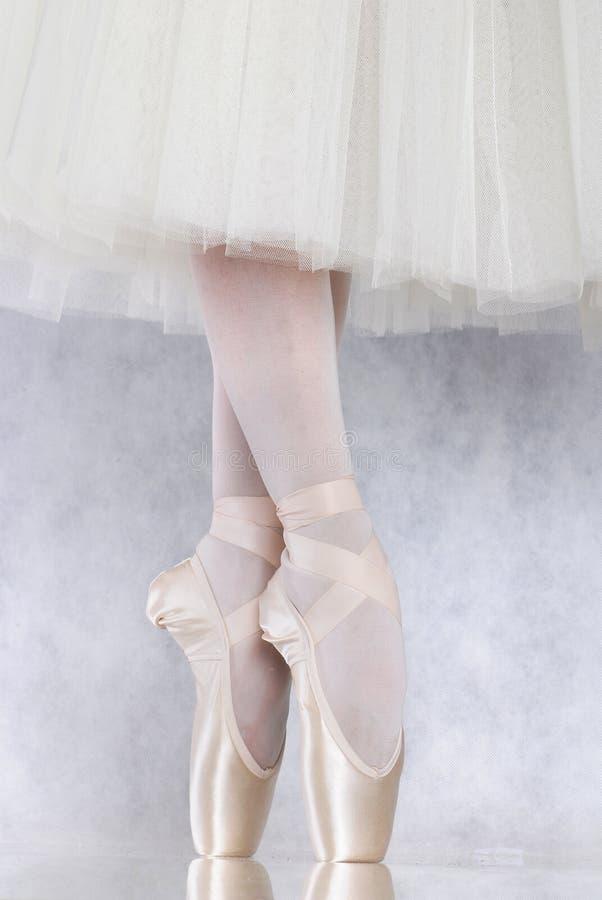 Bailarín en pointe del ballet foto de archivo