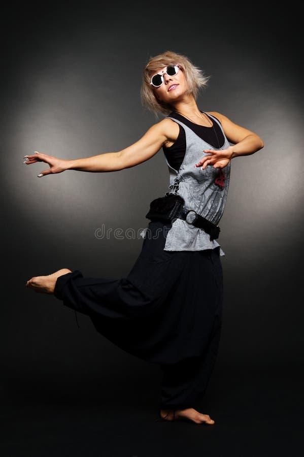 Bailarín en ropa ocasional y gafas de sol imagen de archivo