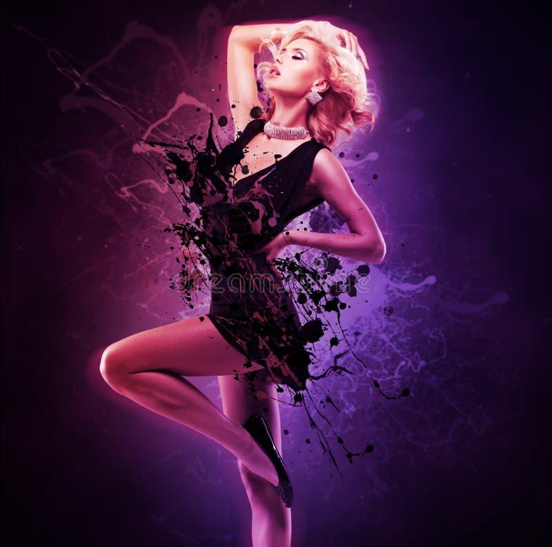 Bailarín hermoso de la muchacha en vestido negro en actitud creativa sobre arte fotografía de archivo libre de regalías