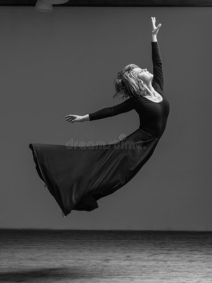 Bailarín hermoso joven que presenta en estudio fotos de archivo libres de regalías