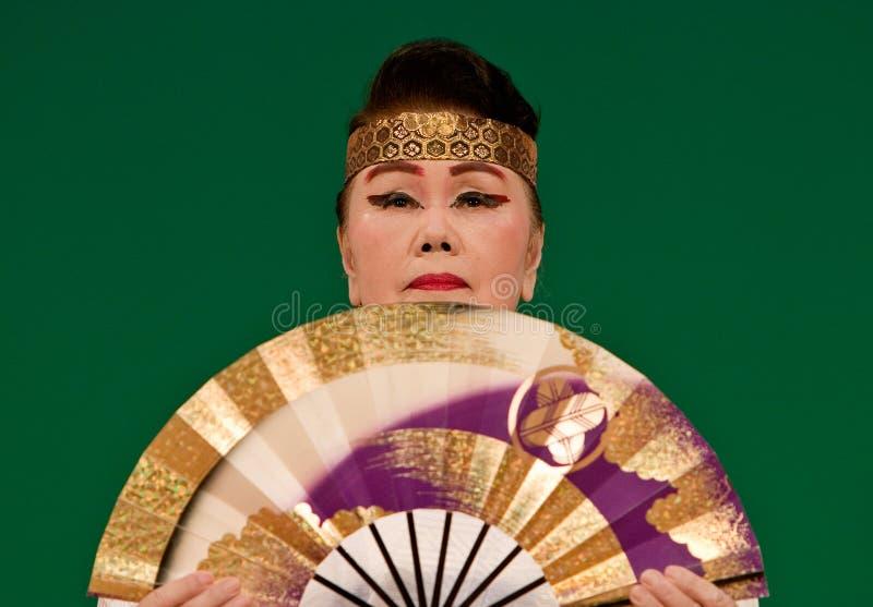 Bailarín japonés del festival con un ventilador imagen de archivo