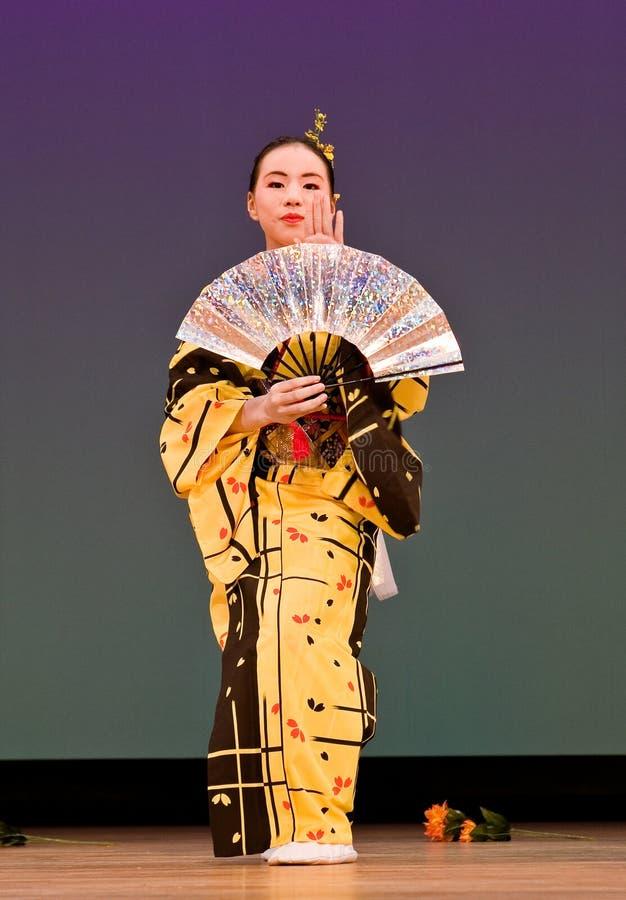 Bailarín japonés del festival en el kimono en el escenario fotografía de archivo