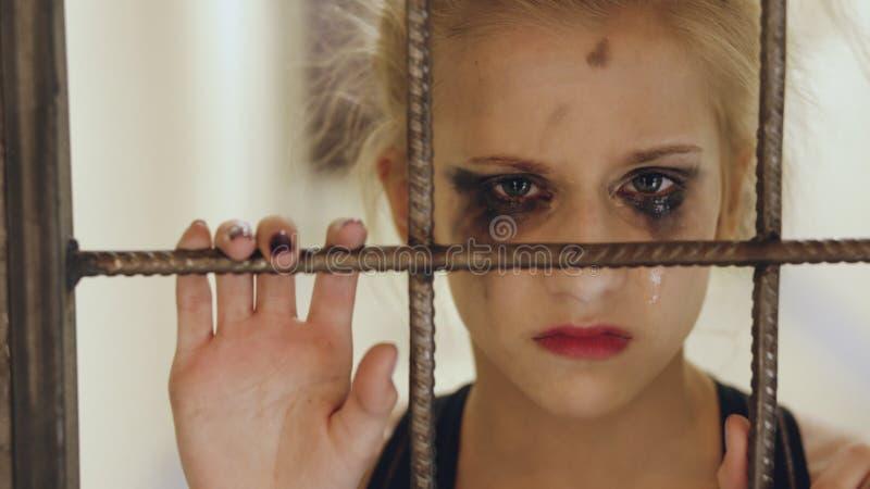 Bailarín joven del adolescente que llora y que sufre después de soporte del funcionamiento de la pérdida cerca de jaula de la pue imagen de archivo